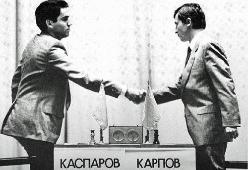 Garry Kasparov contre Anatoly Karpov au championnat du monde d'échecs de 1985. (Crédit : Owen Williams, The Kasparov Agency/CC BY-SA 3.0/WikiCommons)