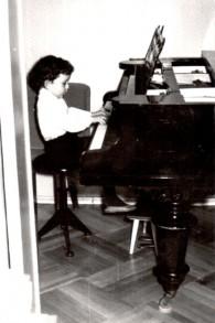 Evgeny Kissin au piano, âgé de trois ans. (Crédit : Autorisation)