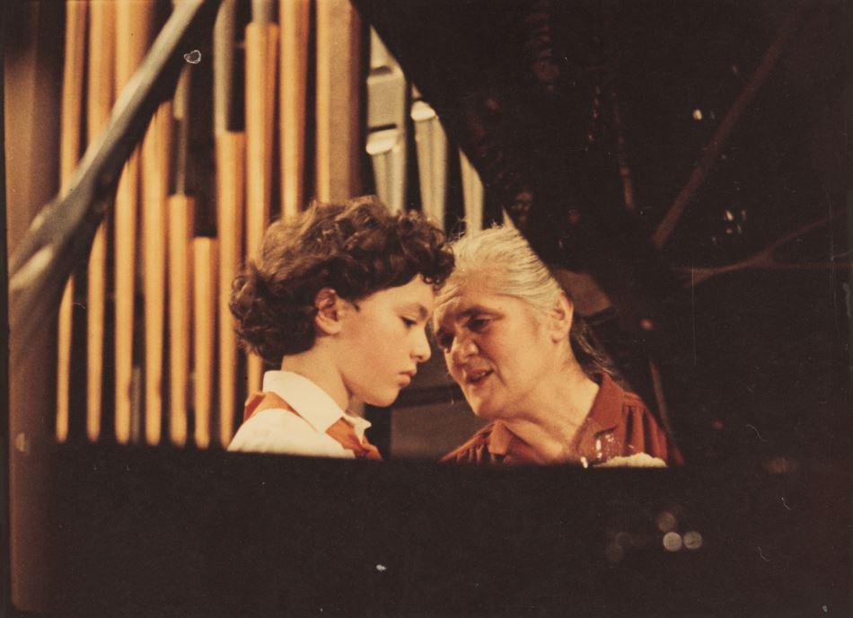 Evgeny Kissin avec son mentor Anna Kantor à Moscou, en Russie, en 1984 (Crédit : Autorisation)