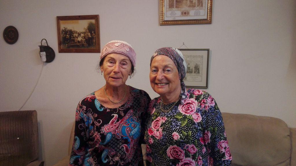 Lise Zmora (à gauche) et sa sœur aînée Gisèle au kibbouts Sde Eliahou le 7 août 2017 (Crédit: Pierre-Simon Assouline)