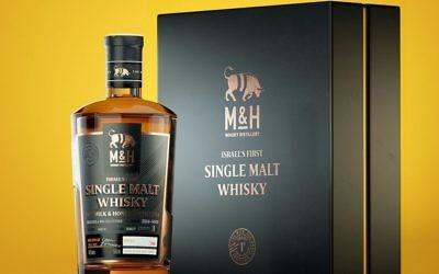 Les 100 premières bouteilles du premier whisky single malt israélien, produit par la distillerie M & H Distillery de Tel Aviv, seront mises aux enchères sur un site de whisky écossais du 11 au 21 août (Crédit : Autorisation de M & H Distillery)