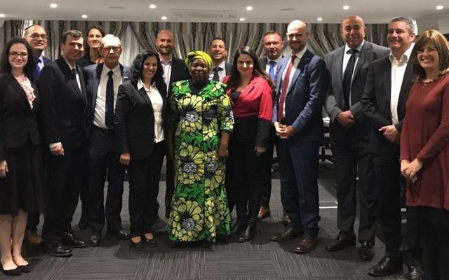 Les députés israéliens et les dirigeants juifs sud-africains rencontrent le président du parti de l'ANC et la présidente de l'Union africaine, Nkosazana Dlamini-Zuma, au centre, à Johannesburg le 14 août 2017 (Crédit : Ambassade d'Israël en Afrique du Sud)