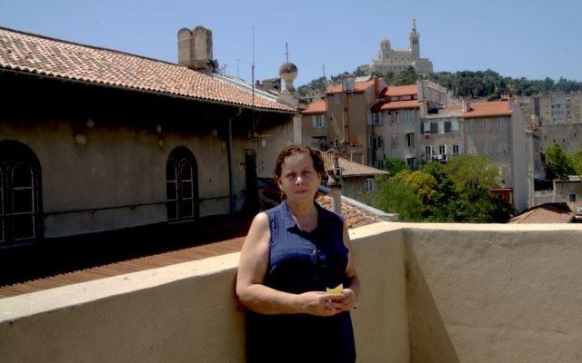 Martine Yana, directrice du Centre Edmond Fleg de Marseille, en France, sur la terrasse du toit, le 10 juillet 2017 (Crédit : Cnaan Liphshiz/JTA)