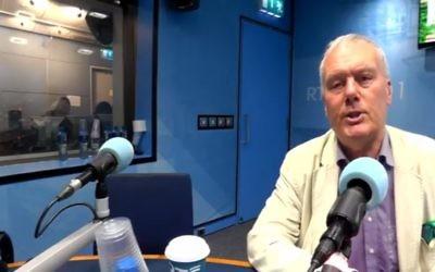 Le journaliste limogé Kevin Myers s'exprime sur les ondes de la station de radio RTÉ Today irlandaise, le 1er août 2017 (Capture d'écran :  RTÉ news)