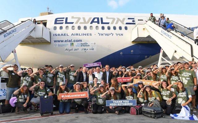 De jeunes juifs américains qui ont immigré en Israël pour entrer dans l'armée posent avec les cadres de l'organisation Nefesh B'Nefesh, au centre, après l'atterrissage de leur vol en Israël, le mardi 15 août 2017 (Crédit : Shahar Azran)