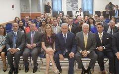 Le Premier ministre Benjamin Netanyahu, au centre, avec 19 membres d'une délégation démocrate de la Chambre des représentants dans ses bureaux de Jérusalem, le 7 août 2017. (Crédit : GPO)