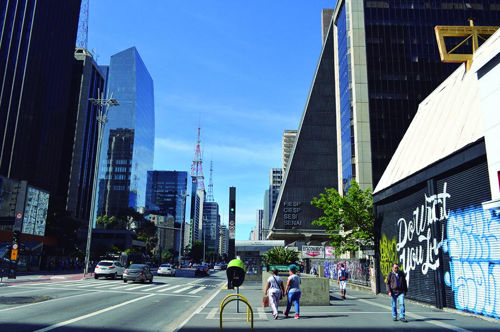 L'avenue Paulista de Sao Paulo, au Brésil est une grande artère commerciale, mais de plus en plus de magasins ferment. (Crédit : Luiz Roiz/Times of Israël)