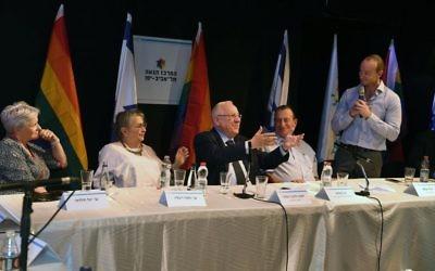 Le président Reuven Rivlin, au centre, assiste à un événement marquant le 8ème anniversaire depuis une fusillade meurtrière dans un centre communautaire gay de Tel Aviv, le10 août 2017 (Crédit : GPO/Mark Neiman)