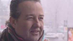 Le législateur suisse Roger Deneys lors d'une interview en février 2010 (Crédit : Capture d'écran / YouTube)