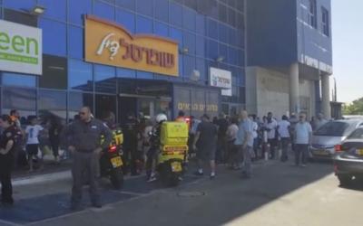 La police et les personnels médicaux d'urgence sur les lieux d'une attaque à l'arme blanche dans un supermarché de la ville de Yavne, le 2 août 2017 (Capture d'écran :  : Magen David Adom)