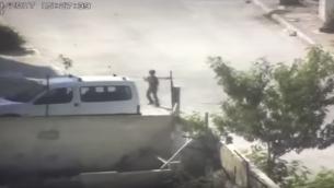 Un jeune Palestinien lance des pierres avec une fronde sur des soldats israéliens, au camp de réfugiés d'al-Aida, près de Bethléem, en Cisjordanie, le 6 août 2017. (Crédit : capture d'écran YouTube/police israélienne)