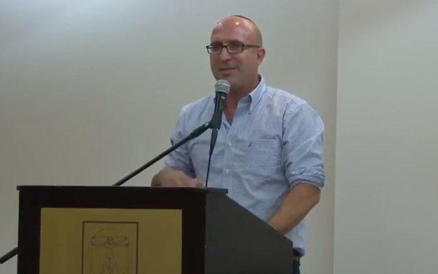 Kobi Eliraz, conseiller du ministre des Affaires étrangères sur les questions relatives aux implantations, à la conférence d'Amana, le 21 octobre 2014. (Crédit: capture d'écran YouTube)