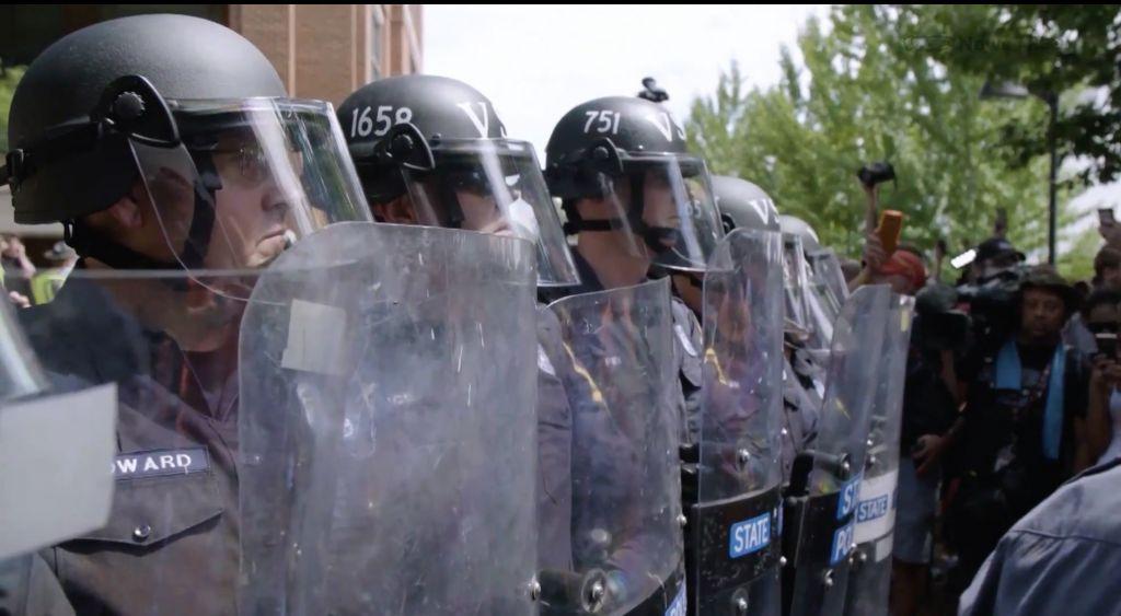 La police déployée avant un rassemblement d'extrême-droite à Charlottesville, Virginie, le 12 août 2017. (Crédit : capture d'écran du documentaire de Vice 'Charlottesville: Race and Terror,' diffusé le 14 août 2017)