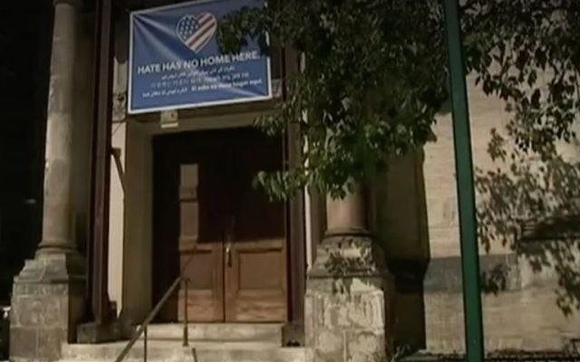 L'entrée de l'église méthodiste de St. Paul et  St. Andrew, où une croix gammée a été découverte sous une bannière condamnant la haine, en août 2017. L'église partage son espace avec la congrégation Bnai Jeshurun de Manhattan.  (Crédit : capture d'écran Fox 5)