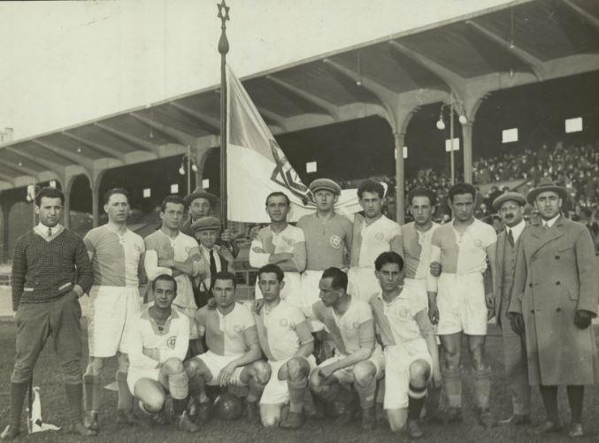 Le club de football de l'Hakoah de Vienne, avec une étoile de David largement visible sur l'uniforme comme sur le drapeau (Autorisation)