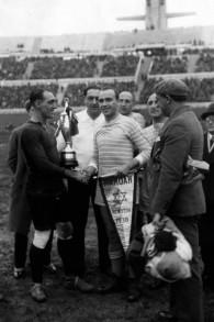 Bela Guttmann avec une bannière de l'Hakoah New York à New York. (Autorisation)