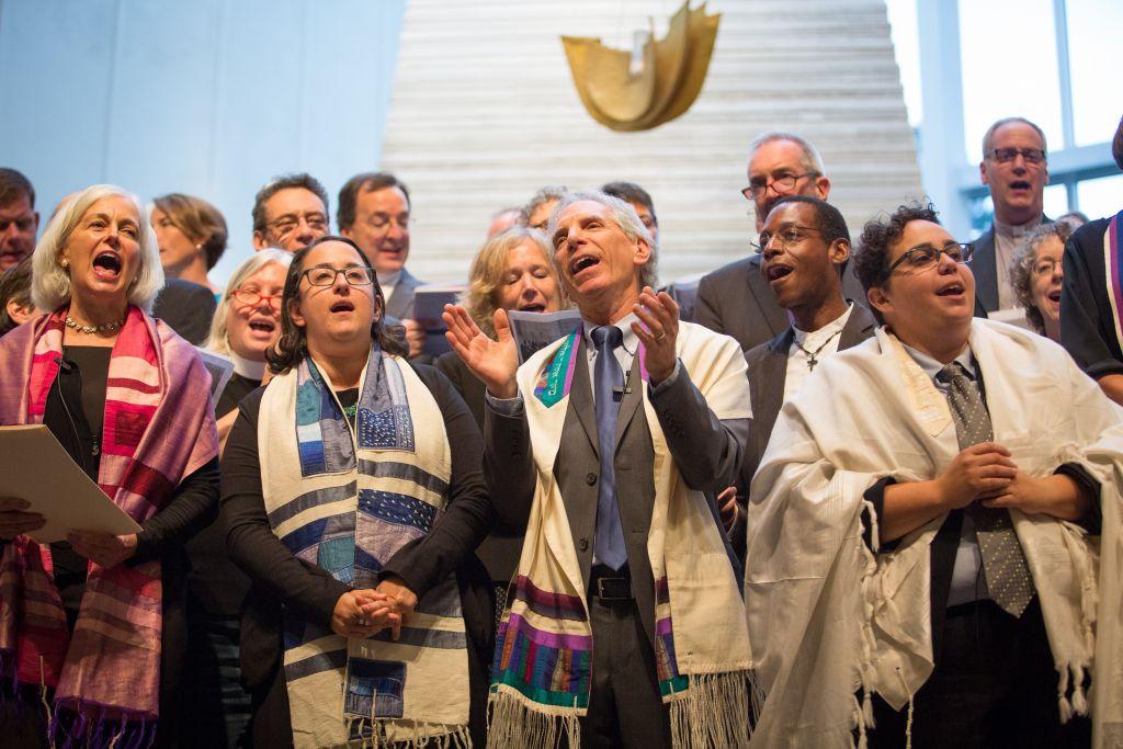 Les dirigeants interreligieux se rassemblent au Temple Israël de Boston le 17 août 2017 pour une vigie contre la bigoterie et le racisme (Crédit : Elan Kawesch / The Times of Israel)