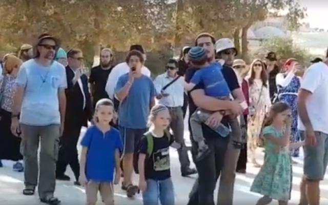 Les Juifs visitent le complexe du mont du Temple de Jérusalem lors de la journée de jeûne de  Tisha B'Av commémorant la destruction des temples juifs qui se dressaient autrefois sur le site, le 1er août 2017 (Capture d'écran : Facebook)