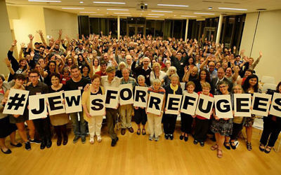 Plus de 200 participants pour une photo de groupe chez HIAS '#JewsforRefugees Assembly à New York, le 14 septembre 2016 (Crédit : Autorisation)