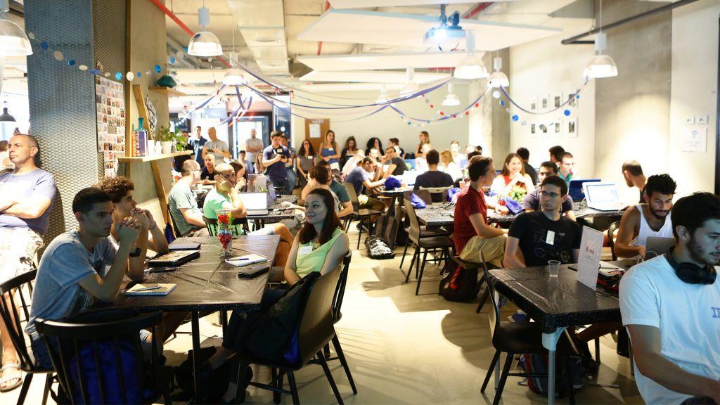 Les groupes participants se préparent pour le début du hackathon. (Crédit : Dror Sitahkol)