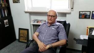 Le chasseur nazis Efraim Zuroff, directeur du centre Simon Wiesenthal, durant une interview accordée au Times of Israel, le 17 août 2017. (Crédit : Raphael Ahren/Times of Israel)