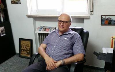 Le chasseur de nazis Efraim Zuroff, directeur du centre Simon Wiesenthal, durant une interview accordée au Times of Israel, le 17 août 2017. (Crédit : Raphael Ahren/Times of Israel)