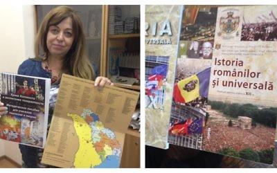 Galina Kargher, directrice du Centre international de formation et de développement professionnel au centre communautaire juif de Moldavie, montre les matériaux développés pour l'enseignement de la Shoah en Moldavie. A droite, un livre scolaire actuellement utilisé dans les écoles moldaves (Crédit : Julie Masis/Times of Israel)