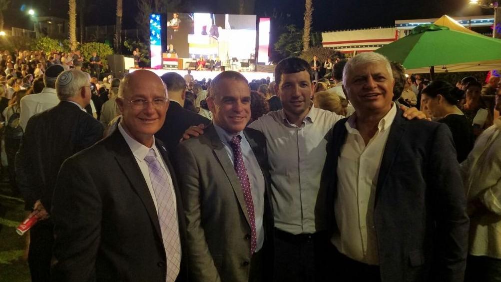 Les chefs d'implantation réunis lors d'une fête organisée lors de la journée de l'indépendance à l'ambassade américaine de Tel Aviv, le 3 juillet 2017. De gauche à droite : le maire d'Ariel, Eliyahu Shaviro ; le maire d'Efrat, Oded Ravivi ; le directeur-général du conseil de Yesha, Shiloh Adler et le maire de Maale Adumim, Benny Kasriel. (Autorisation : Conseil de Yesha)