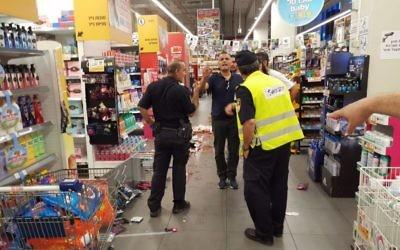 La police et les médecins sur les lieux d'une attaque dans un supermarché de la ville israélienne de Yavne, le 2 août 2017 (Crédit : United Hatzalah)