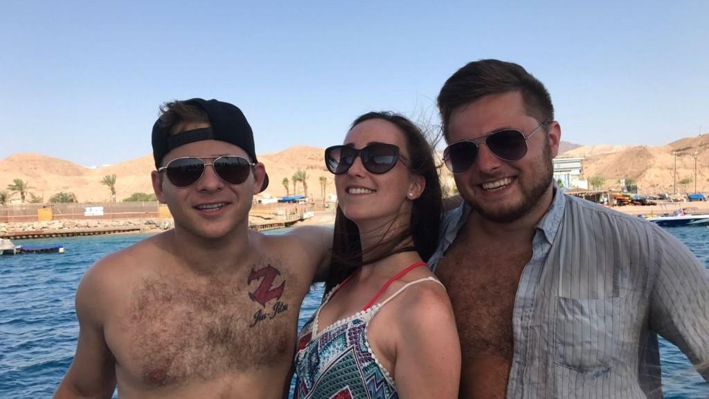 L'acteur Jonathan Lipnicki avec ses amis à la mer Morte durant son voyage Birthright le 1er août 2017. (Autorisation : Jonathan Lipnicki)