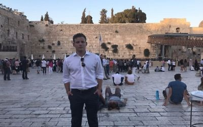 L'acteur  Jonathan Lipnicki au mur Occidental pendant son voyage organisé par Birthright le 28 juillet 2017. (Autorisation : Jonathan Lipnicki)