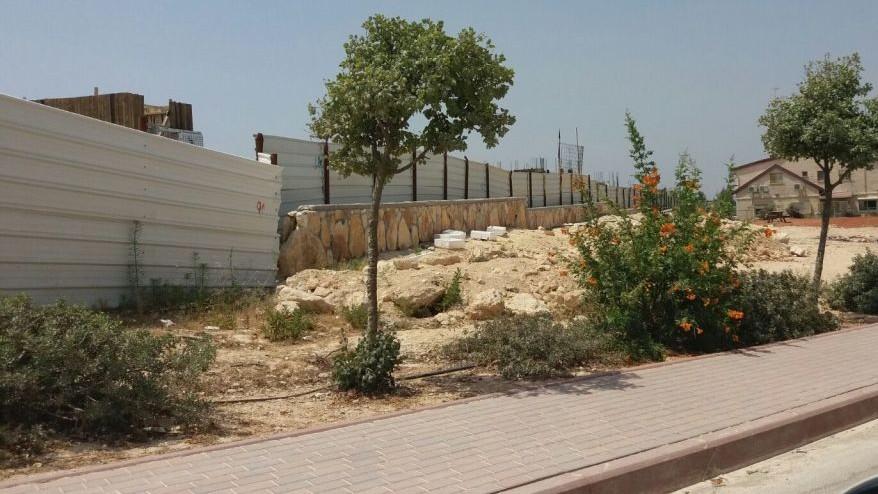 Le site de construction entouré de murs dans l'avant-poste d'Hayovel, dans l'implantation d'Eli, à l'été 2017. (Crédit : Dror Etkes)