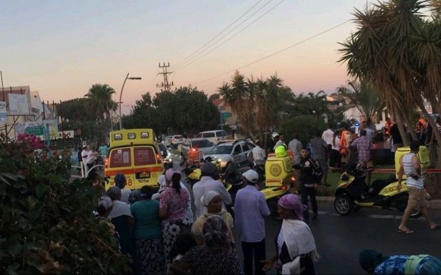 Les services de secours des ambulances Magen David sur la scène d'une attaque au couteau à Kiryat Yam le 5 août  2017. (Crédit : Magen David Adom)