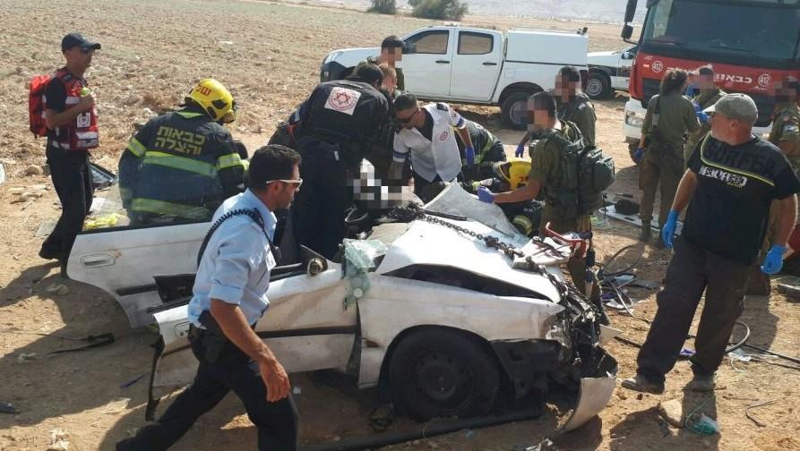 L'une des voitures impliquées dans le choc frontal de la vallée du Jourdain, le 22 août 2017. (Crédit : Magen David Adom)