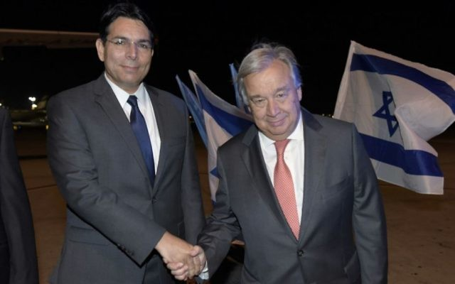 Danny Danon, ambassadeur d'Israël à l'ONU, à gauche, avec le secrétaire général des Nations unies António Guterres à son arrivée en Israël, le 27 août 2017. (Crédit : Shlomi Amsalem)