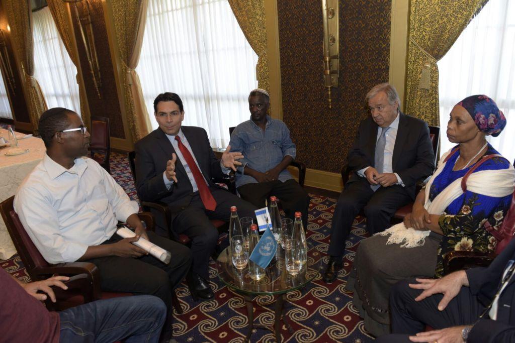 Le secrétaire-général des Nations unies Antonio Guterres, deuxième à droite, et l'ambassadeur israélien à l'ONU Danny Danon, deuxième à gauche, rencontrent les familles d'Oron Shaul, d'Avraham Abera Mengistu et de Hisham al-Sayed, actuellement détenus par le Hamas dans la bande de Gaza, le 28 août 2017 (Crédit : Shlomi Amsalem).