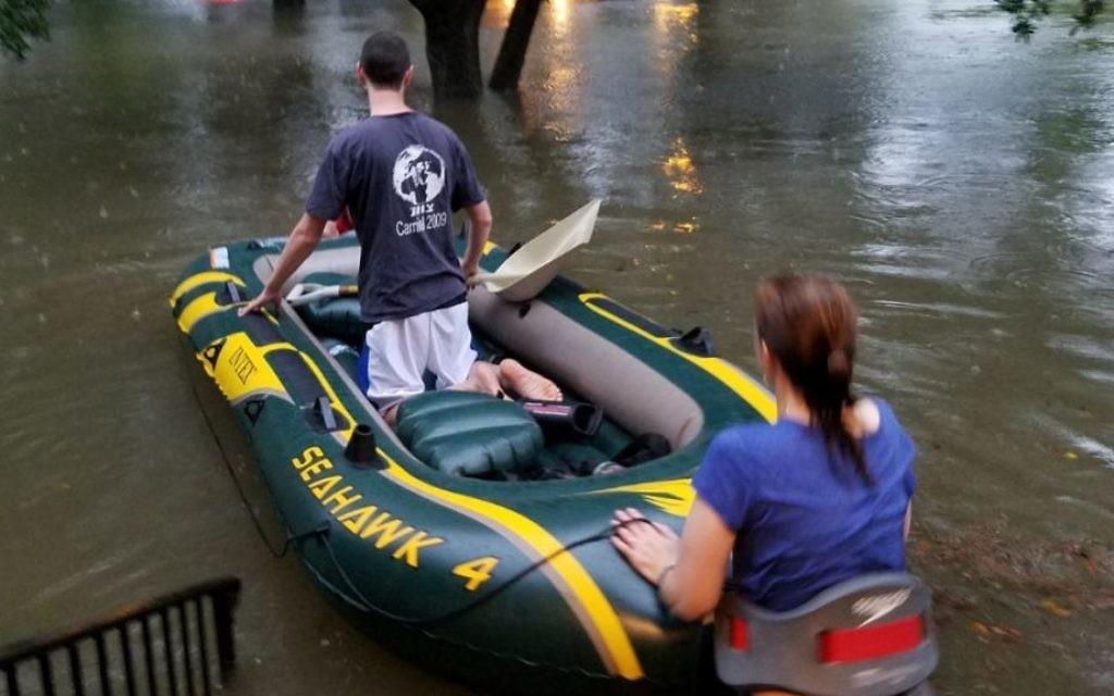 L'émissaire de Bnai Akiva  Rafi Engelhart avec une voisine, technicienne en soins d'urgence, ont secouru les habitants de Houston bloqués par la tempête tropicale Harvey, le 27 août 2017 (Autorisation)