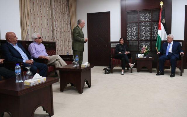 Mahmoud Abbas, président de l'Autorité palestinienne, à droite, avec Zehava Galon,  présidente du parti israélien Meretz, et un député de son parti, Issa Freij, à Ramallah, le 20 août 2017. (Crédit : Osama Falah/Wafa)