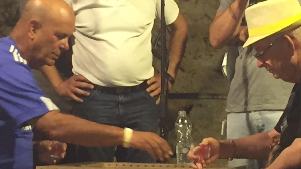 Gadi Carmeli (à gauche) et Itzik Yakobovitch s'affrontent pour la finale du Championnat de Backgammon, derrière la Vieille Ville de Jérusalem, le 24 août 2014. (Crédit : Times of Israel)
