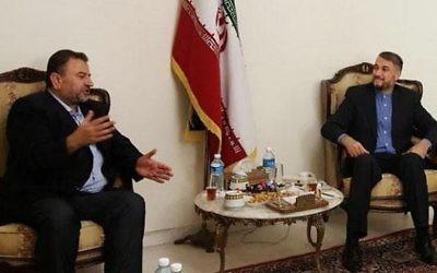 Le membre du Hamas Saleh al-Arouri (à gauche) et le responsable iranien Hossein Amir Abdollahian au Liban le 1er août 2017 (Crédit : Capture d'écran)