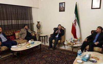Saleh al-Arouri, 2e à droite, responsable du Hamas, avec Hossein Amir Abdollahian, à droite, responsable iranien, et d'autres membres du Hamas à Beyrouth, au Liban, le 1er août 2017. (Crédit : autorisation)