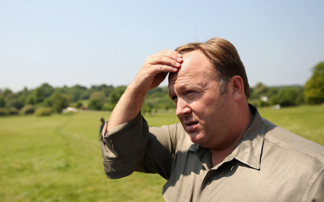 Alex Jones à Watford, en Angleterre, le 6 juin 2013. (Crédit : Oli Scarff/Getty Images)