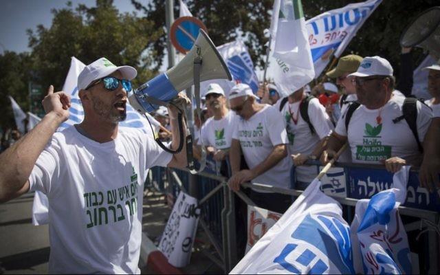 Les employés de Haifa Chemicals manifestent près de la résidence du Premier ministre à Jérusalem contre la fermeture du réservoir d'ammoniac de Haifa, le 29 mars 2017 (Crédit : Yonatan Sindel / Flash90)