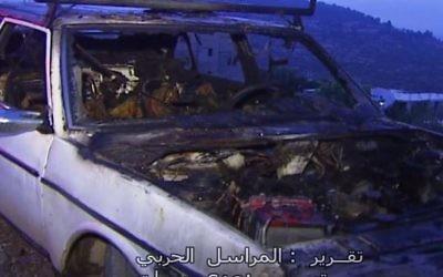 L'un des deux véhicules incendiés par des partisans du mouvement pro- implantation dans une attaque apparente de représailles survenue dans le village palestinien d' Umm Safa le 9 août  2017. (Capture d'écran/Facebook)