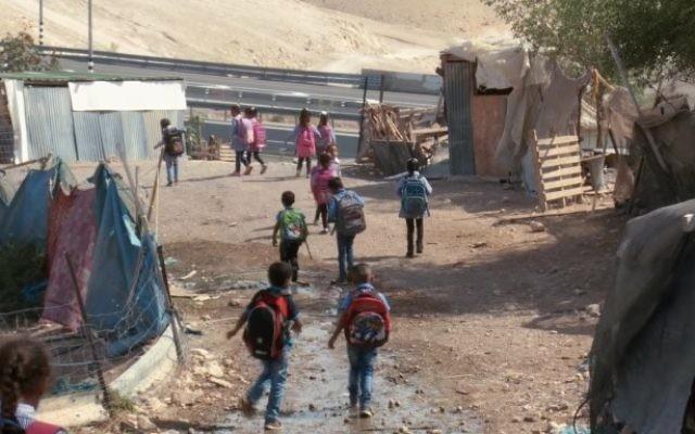 Des élèves du village bédouin de Khan al-Ahmar, en Cisjordanie. Illustration. (Crédit : capture d'écran YouTube)