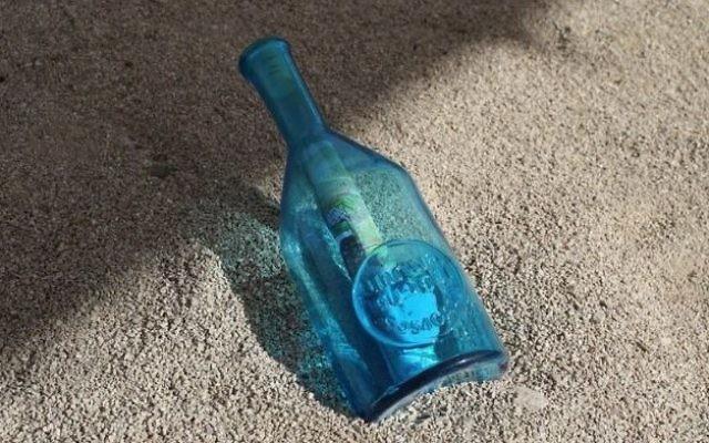 Une bouteille à la mer envoyée par les enfants palestiniens de Gaza dans le cadre d'une campagne de  l'UNRWA. Illustration.  (Crédit : capture d'écran Youtube)