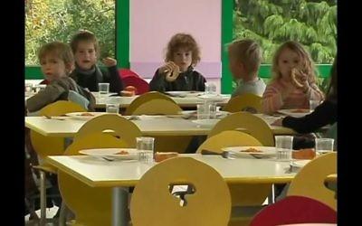 Une cantine scolaire française. Illustration. (Crédit : capture d'écran YouTube)