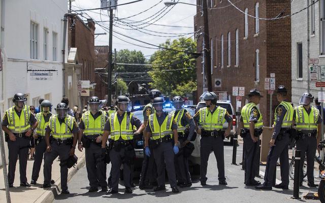 La police bloque une rue après une attaque à la voiture-bélier dans la foule de manifestants anti-suprématistes blancs qui s'étaient rassemblés à Charlottesville, en Virginie, aux Etats-Unis, le 12 août 2017 (Crédit : Samuel Corum/Anadolu Agency/Getty Images via JTA)