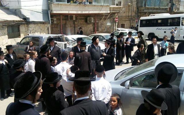 Manifestation ultra-orthodoxe contre la présence du ministre de la Défense Avigdor Liberman dans le quartier de Mea Shearim, à Jérusalem, le 8 août 2017. (Crédit : police israélienne)