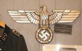 Des objets de l'époque nazie, de la collection de Darrell English, du Massachusetts, en 2015. (Crédit : Elan Kawesch/The Times of Israel)
